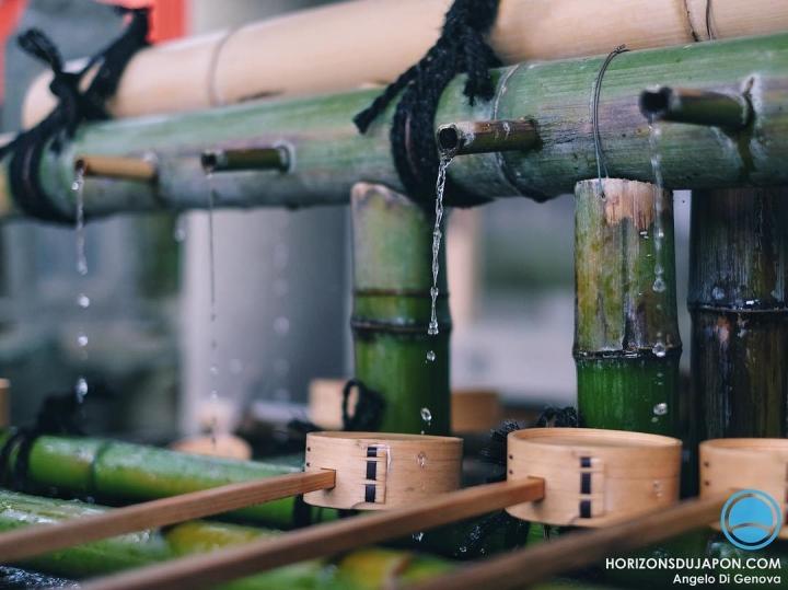 Quelques gouttes pour se purifier avant d'aller solliciter les Kami  #osakasafari #japonsafari #shinto #fujifilmxt1 #fujifilm