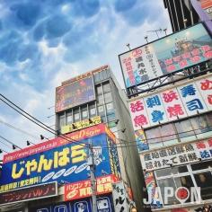 Ciel orageux et surréaliste à Akihabara ! 😳🌩