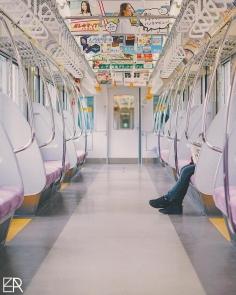 Les trains parcourent le Japon, dessinants ses côtes et soulignants ses montagnes, définissants les impulsions nerveuses qui agitent et font vivre le pays.