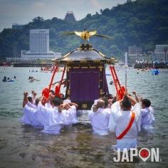 Il fait tellement chaud que tout le monde se met à l'eau ! 😱☀️☀️☀️ #Atami #Japon