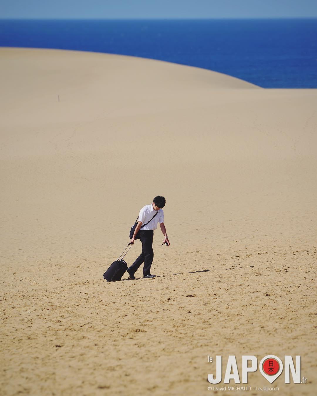 Découvrir les dunes de Tottori… idéal pour photographier la vie du salaryman et sa traversée du désert 🙇🏻🙅🏻♂️🏜☀️ #SaninAdventure #TottoriSakyu #Tottori