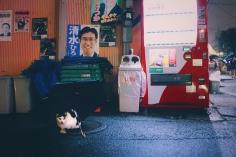 Chacun fait comme il peut pour se protéger de la pluie de ces derniers jours à Tokyo