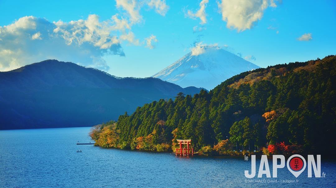 Joli panorama sur le lac Ashinoko avec le sanctuaire Hakone Jinja et surtout le sublime Fuji san !😱🗻⛩🌲 #Hakone #Fuji #Ashinoko #Japon #Japan