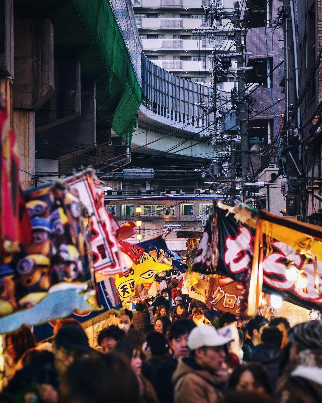 Quand les vendeurs ambulants se compressent dans les recoins vides de la ville  #osaka #osakasafari #japonsafari #fujifilm #tokaebisu