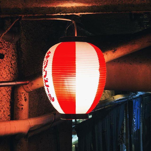 Le temps qui passe où s'accumule une crasse fardée par les lanternes colorées #osakasafari #japonsafari