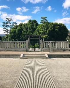 Tombe de l'Empereur Go-Nijo mort en 1308. Bien que de nombreux siècles plus tard, cette tombe ressemble encore beaucoup au Kofun antiques de Sakai. En bien plus petit par contre.
