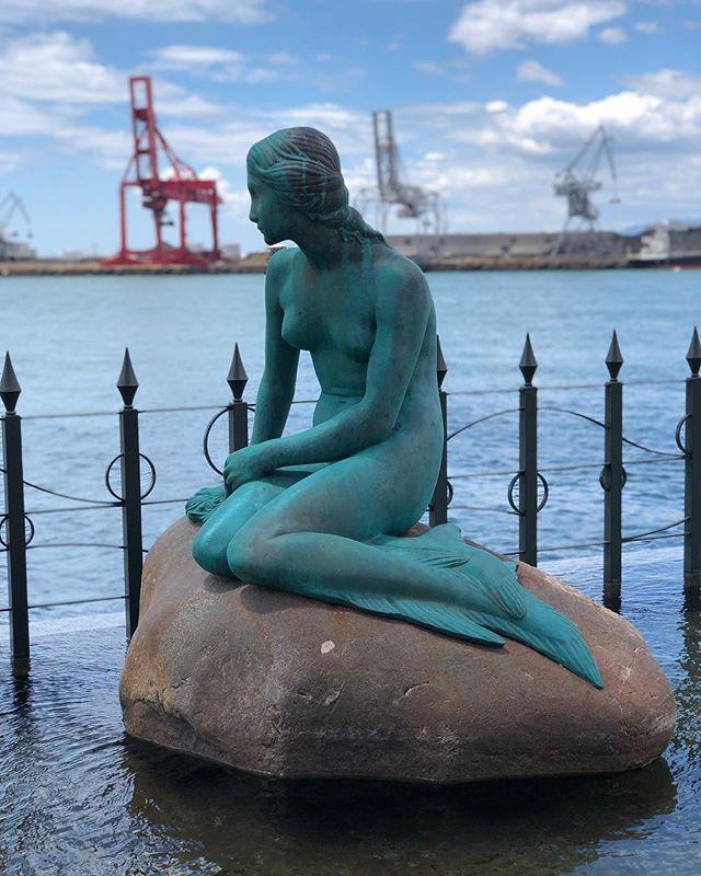 Une sirène dans un port japonais. Le regard perdu vers Copenhague