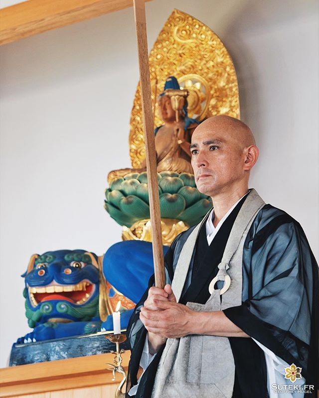 Le prêtre Iizuka-san est là pour vous initier au zazen ! Voulez-vous essayer ?! #izumo #izumoexperience