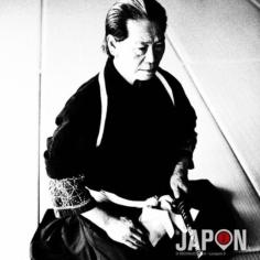 Le dernier samouraï ! J'hésite à poster plus de noir & blanc sur Instagram… mais je me demande si ce mélange de style n'est pas déroutant pour les followers et si il ne vaut mieux pas que je fasse un autre compte que pour ça ? 🤔  Vous en pensez quoi ? #Japon #Samourai #blackandwhite