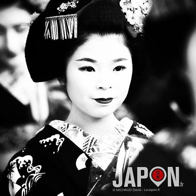 Voilà un nouveau portrait en Noir & Blanc ! Une Maiko (apprentie Geiko -Geisha-) de Kyoto ⛩  Merci pour vos nombreux commentaires ! 😃 Même si j'ai perdu du coup des followers ces derniers jours, je vais continuer à poster différents styles car c'est ce que j'aime créer 😉 #Geisha #Maiko #Kyoto #Yasaka #Setsubun