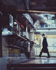 Dans les labyrinthes de Tokyo, certains izakayas cachés et coupés du temps échappent encore à l'épuration de la ville. Et c'est tant mieux.