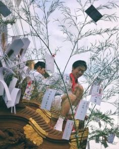 Matsuri pour les enfants et les ados qui a lieu chaque année dans mon quartier. Les plus costauds et grands montent sur le toit du Mikoshi pour éviter que les Sasa ne touchent les câbles électriques lors de certains passages dans les ruelles étroites :)
