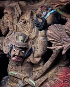 La minutie des sculptures sur le char d'une procession shintô