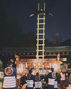 Hashigo Nobori, acrobaties réalisées sur une échelle en bambou par des pompiers. Nous sommes tombés sur un entraînement nocturne pour les célébrations du nouvel an, entourés d'un silence hypnotisant.