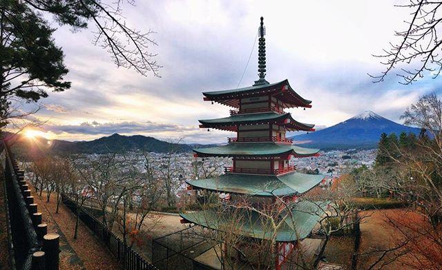 La célèbre vue du Mont Fuji sous un angle un peu différent au petit matin