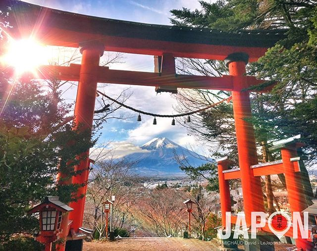 La porte vers le Fuji san ! 😱⛩🗻🙏🏻 . . . . #yamanakako #fuji #xt3  #japanlives #japanese #japan #trip #tourism #path #travel #tokyocameraclub #infojapan #visitjapan #japantrips #japon #photography #goaround #aroundtheworld #letsgo #placetogo #backpacker #japanphoto #travelgram #instagood #instalike #discoverjapan #traveljapan #mtfuji #fujisan #explorejapan
