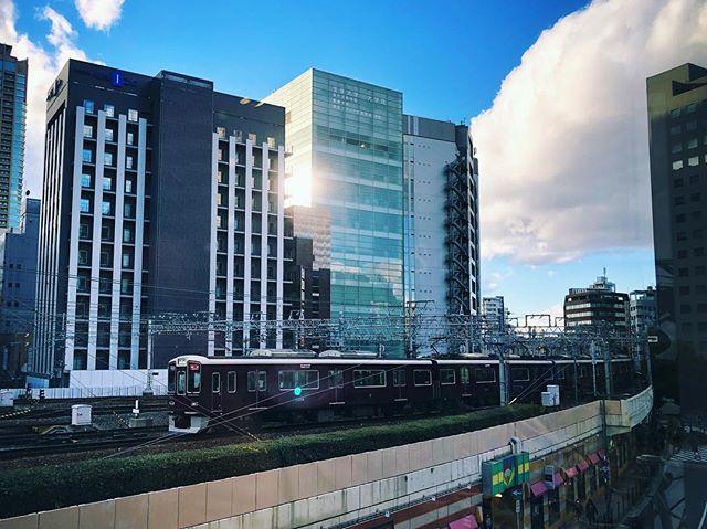 Les trains Hankyu qui cheminent vers Umeda
