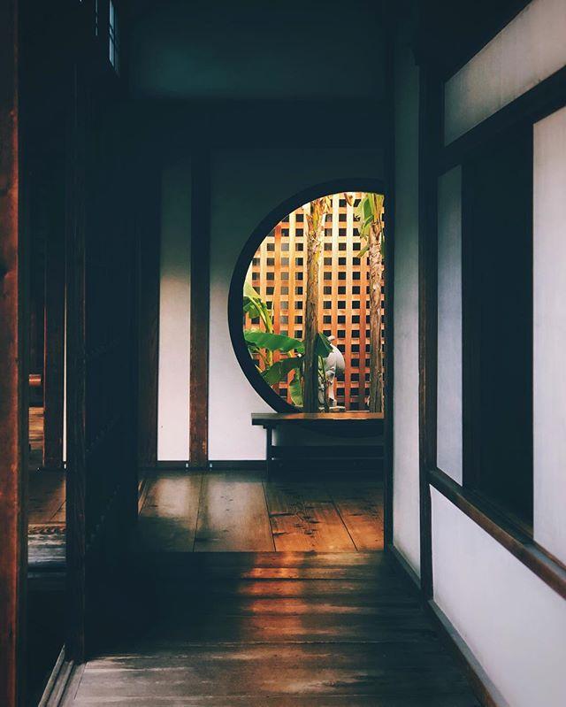 Esthétique de couloir. Au Japon ils deviennent particulièrement intéressants dans certains temples :)