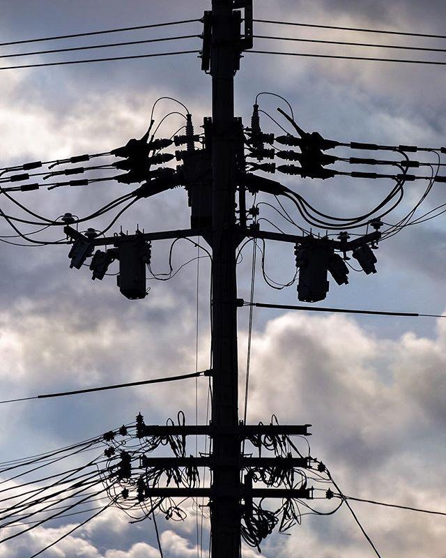 Une silhouette électrique dans le ciel couchant. Ces câbles sont devenus un classique au Japon. On s'y habitue parfois. Ils participent même au charme de certains endroits.  Le pays les enterre petit à petit dans certains coins. S'il venaient à tous disparaître un jour vous seriez contents ? Tristes ? Peut-on s'attacher à la laideur ?  #osakasafari #japonsafari #fujixt1 #explorejpn #osaka