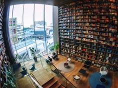 Les T-Site et leurs bibliothèques sont toujours très visuels. Ça claque ! Mais cette utilisation ornementale du livre est parfois étrange car ils ne sont pas du tout destinés à être lus désormais. Ils sont collés à la structure. Impossible de les prendre dans la main :)
