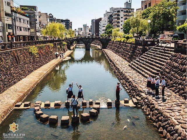 Passage obligé au Megane-Bashi pour ces collégiens en voyage scolaire. C'est le pont-lunettes, regardez bien et vous comprendrez pourquoi ce nom ! . . . . . #japanfocus #japantravel #japan_vacations #visitnagasaki #ilovejapan #ilovenagasaki #art_of_japan_ #japanawaits #super_japan_channel #visitjapanjp #igersjp #igersjapan #Lovers_Nippon #explorejapan #explorejpn #bestjapanpics #discoverjapan #discovernagasaki #olympuscamera #olympusphotography #getolympus #olympusinspired #長崎 #長崎旅行 #長崎観光 #日本を休もう #そうだ長崎行こう #日本旅行