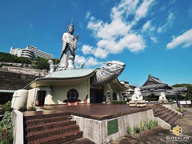 Une très grande statue de Kannon, debout sur une énorme tortue… Il n'en fallait pas plus pour que je fasse le déplacement à Nagasaki !  J'ai visité plusieurs centaines de temples au Japon, évidemment principalement à Kyoto, mais quand il y en a un qui sort à ce point du lot, il attire forcément mon attention !  J'adore l'originalité et celui ci est clairement l'un des plus originaux du pays !  Vous voudriez visiter ce genre de temple malgré la distance et sa relative jeunesse ? . . . . . #japanfocus #japantravel #japan_vacations #visitnagasaki #ilovejapan #ilovenagasaki #art_of_japan_ #japanawaits #super_japan_channel #visitjapanjp #igersjp #igersjapan #Lovers_Nippon #explorejapan #explorejpn #bestjapanpics #discoverjapan #discovernagasaki #olympuscamera #olympusphotography #getolympus #olympusinspired #japanesetemple #長崎 #長崎旅行 #長崎観光 #日本を休もう #そうだ長崎行こう #日本旅行