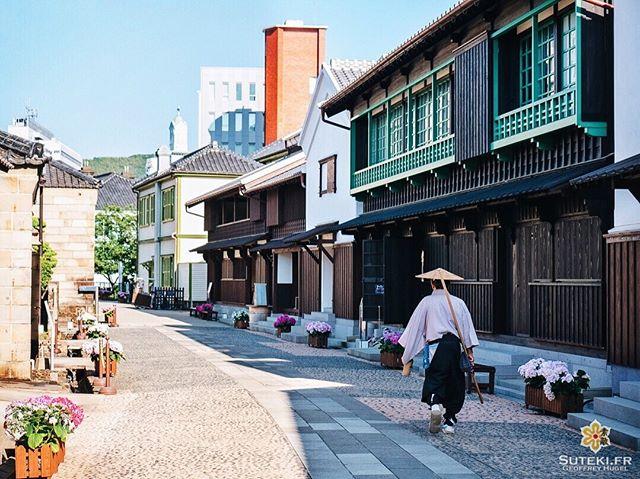 L'île artificielle de Dejima (où se trouvaient les portugais puis les hollandais) fut complètement absorbée par la ville de Nagasaki, qui s'étendit sur la mer et réorganisa ses canaux au fil des décennies.  Mais elle a été partiellement reconstituée à son emplacement d'origine (en pleine ville maintenant donc) comme un musée à ciel ouvert qui retrace cette époque !  Je n'ai pas pu y passer beaucoup de temps mais je l'ai trouvé assez intéressante et photogénique !  Pensez-vous que ça vaille le coup d'y aller malgré que ce soit du tout reconstruit ? . . . . . #japanfocus #japantravel #japan_vacations #visitnagasaki #ilovejapan #ilovenagasaki #art_of_japan_ #japanawaits #super_japan_channel #visitjapanjp #igersjp #igersjapan #Lovers_Nippon #explorejapan #explorejpn #bestjapanpics #discoverjapan #discovernagasaki #olympuscamera #olympusphotography #getolympus #olympusinspired #長崎 #長崎旅行 #長崎観光 #日本を休もう #そうだ長崎行こう #日本旅行