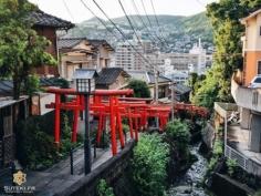 L'une des choses que j'ai beaucoup apprécié à Nagasaki, c'est sa verticalité et son côté sinueux !  Contrairement à Kyoto qui est globalement plate et carrée, Nagasaki est plus «sauvage». Il y a beaucoup de relief et les rues partent dans tous les sens avec beaucoup de petits chemins comme celui ci.  Rajoutez une petite allée de torii au milieu des quartiers résidentiels et vous obtenez un mélange des genres assez sympathique, et encore une fois très diffèrent de ce que j'ai l'habitude de voir ! . . . . . #japanfocus #japantravel #japan_vacations #visitnagasaki #ilovejapan #ilovenagasaki #art_of_japan_ #japanawaits #super_japan_channel #visitjapanjp #igersjp #igersjapan #Lovers_Nippon #explorejapan #explorejpn #bestjapanpics #discoverjapan #discovernagasaki #olympuscamera #olympusphotography #getolympus #olympusinspired #japanesetemple #長崎 #長崎旅行 #長崎観光 #日本を休もう #そうだ長崎行こう #日本旅行