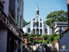 Nagasaki c'est aussi une ville intimement liée au christianisme au Japon, et l'on y trouve logiquement beaucoup d'églises dont celle d'Oura, aussi appelée la Basilique des Vingt-Six Saints Martyrs du Japon.  Fondée il y a un siècle et demi par deux français en l'honneur de 26 chrétiens (européens et japonais) crucifiés par Hideyoshi Toyotomi 250 ans plus tôt.  Elle serait la plus ancienne église du Japon et a longtemps été le seul bâtiment de type occidental enregistré comme trésor national !  Avez-vous déjà visités des églises au Japon ? Cela vous intéresse ? D'un point de vue historique ? Architectural ? . . . . . #japanfocus #japantravel #japan_vacations #visitnagasaki #ilovejapan #ilovenagasaki #art_of_japan_ #japanawaits #super_japan_channel #visitjapanjp #igersjp #igersjapan #Lovers_Nippon #explorejapan #explorejpn #bestjapanpics #discoverjapan #discovernagasaki #olympuscamera #olympusphotography #getolympus #olympusinspired #長崎 #長崎旅行 #長崎観光 #日本を休もう #そうだ長崎行こう #日本旅行