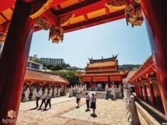 Un temple de Confucius, doublé d'un musée de l'histoire de Chine en pleine ville japonaise, ça surprend mais c'est visiblement également un point de passage pour les écoliers de la région !  De mon côté ce n'est pas pour me déplaire, même si en regardant bien c'est un peu du toc, l'architecture très différente des temples japonais était une raison suffisante de venir. Ça me change !  Vous trouvez ça comment par rapport aux temples japonais ? . . . . . #japanfocus #japantravel #japan_vacations #visitnagasaki #ilovejapan #ilovenagasaki #art_of_japan_ #japanawaits #super_japan_channel #visitjapanjp #igersjp #igersjapan #Lovers_Nippon #explorejapan #explorejpn #bestjapanpics #discoverjapan #discovernagasaki #olympuscamera #olympusphotography #getolympus #olympusinspired #japanesetemple #長崎 #長崎旅行 #長崎観光 #日本を休もう #そうだ長崎行こう #日本旅行