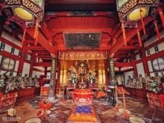 A l'intérieur d'un temple zen, là encore assez inhabituel avec son style plus chinois et sa couleur rouge bien prononcée. . . . . . #japanfocus #japantravel #japan_vacations #visitnagasaki #ilovejapan #ilovenagasaki #art_of_japan_ #japanawaits #super_japan_channel #visitjapanjp #igersjp #igersjapan #Lovers_Nippon #explorejapan #explorejpn #bestjapanpics #discoverjapan #discovernagasaki #olympuscamera #olympusphotography #getolympus #olympusinspired #japanesetemple #長崎 #長崎旅行 #長崎観光 #日本を休もう #そうだ長崎行こう #日本旅行