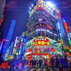 Shinjuku by night over UltraColor 4000 . J'ai posté hier une jolie photo sans vraiment de retouche HDR Ultra saturé qui fait pleurer les yeux… oui, je ne sais pas ce qui m'a pris…  Du coup les nouveaux super algorithmes web3.0 m'ont puni… Pour m'excuser de cette folie, voilà une belle photo bien poussée dans la folie du grand n'importe quoi ! . . . Tokyo by Night style BladeRunner, mais en fait non  . . #tokyo #explorejapan #tokyocameraclub #japon #instagramjapan #cyberpunk_cities #nightshooters #strangertonez #gramslayers #depthobsessed #artofvisuals #heatercentral #cyberpunk #retrowave #synthwave #cyberpunk_cities #ig_japan #streets_vision #urbandandstreet #visualambassadors #bladerunner #neonvibes #nightphotography #theimaged #nycprimeshot #fatalframes
