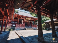 L'extérieur de ce temple est tout aussi sympa avec la même dominante de rouge que dans le hall (cf photo précédente) !  Et dire que j'étais totalement seul ! En plus d'avoir de jolis coins, Nagasaki c'est encore assez tranquille globalement !  Au moins j'en ai pas été trop gêné pour les photos ! Je suis assez content de celle-là, j'aime cette composition sous les toits !  Dites moi ce que vous en pensez ! . . . . . #japanfocus #japantravel #japan_vacations #visitnagasaki #ilovejapan #ilovenagasaki #art_of_japan_ #japanawaits #super_japan_channel #visitjapanjp #igersjp #igersjapan #Lovers_Nippon #explorejapan #explorejpn #bestjapanpics #discoverjapan #discovernagasaki #olympuscamera #olympusphotography #getolympus #olympusinspired #japanesetemple #長崎 #長崎旅行 #長崎観光 #日本を休もう #そうだ長崎行こう #日本旅行