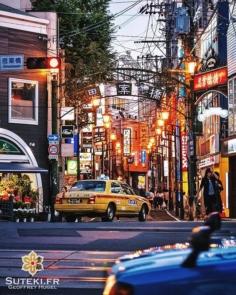 La nuit tombe à Nagasaki et il sera bientôt temps de vous montrer quelques photos nocturnes :) Mais avant cela une dernière rue bien chargées en enseignes, câbles et lampadaires ! Comme on les aime !! Et avec un taxi. Parce que c'est toujours mieux avec un taxi. Non ? . . . . . #japanfocus #japantravel #japan_vacations #visitnagasaki #ilovejapan #ilovenagasaki #art_of_japan_ #japanawaits #super_japan_channel #visitjapanjp #igersjp #igersjapan #Lovers_Nippon #explorejapan #explorejpn #bestjapanpics #discoverjapan #discovernagasaki #olympuscamera #olympusphotography #getolympus #olympusinspired #長崎 #長崎旅行 #長崎観光 #日本を休もう #そうだ長崎行こう #日本旅行