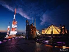 Sur les hauteurs du Mont Inasa, on trouve assez logiquement un observatoire, ainsi que les antennes locales de la NHK.  Les deux vont plutôt bien ensemble, et au coucher du soleil ça donne de jolies couleurs !! . . . . . #japanfocus #japantravel #japan_vacations #visitnagasaki #ilovejapan #ilovenagasaki #art_of_japan_ #japanawaits #super_japan_channel #visitjapanjp #igersjp #igersjapan #Lovers_Nippon #explorejapan #explorejpn #bestjapanpics #discoverjapan #discovernagasaki #olympuscamera #olympusphotography #getolympus #olympusinspired #長崎 #長崎旅行 #長崎観光 #日本を休もう #そうだ長崎行こう #日本旅行