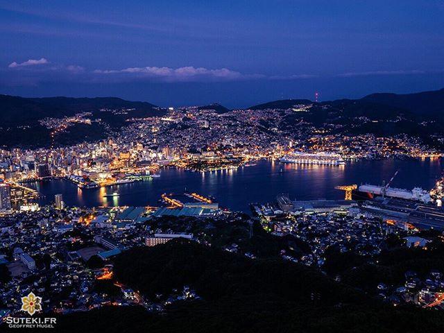 Au sommet du Mont Inasa se trouve ce qui est considéré comme l'une des 3 plus belles vues du Japon !  Alors un tel classement est forcément très subjectif mais il faut bien avouer qu'elle envoie du lourd !  Êtes-vous d'accord ? Quelle est la plus belle vue du Japon selon vous ? . . . . . #japanfocus #japantravel #japan_vacations #visitnagasaki #ilovejapan #ilovenagasaki #art_of_japan_ #japanawaits #super_japan_channel #visitjapanjp #igersjp #igersjapan #Lovers_Nippon #explorejapan #explorejpn #bestjapanpics #discoverjapan #discovernagasaki #olympuscamera #olympusphotography #getolympus #olympusinspired #nightscape #nightscapes #長崎 #長崎旅行 #長崎観光 #日本を休もう #そうだ長崎行こう #日本旅行