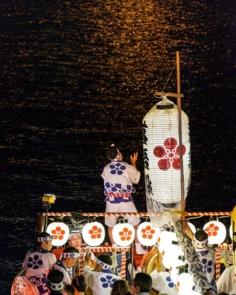 Un des aspects les plus intéressants de ce festival c'est sont déroulement entre terre et eau. – Tenjin Matsuri 2019 – #discoverosaka #japonsafari #osakasafari #tenjinmatsuri