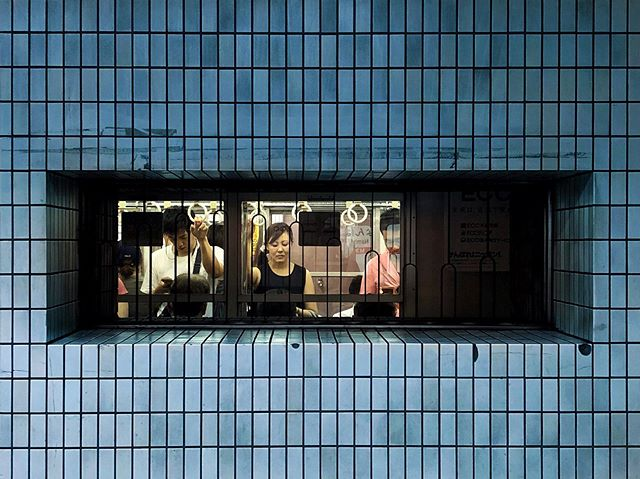 Le mur comme un écran sur le métro  #osakasafari #japonsafari #discoverosaka