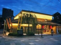 Nous avons nos One Man Show. Au Japon ils ont le Rakugo, une forme de théâtre comique bien particulière avec des performances en kimono riches en subtilités de langage.  Ici, le théâtre Hanjotei de Tenma à Osaka est réputé dans le style Kamigata (ancien nom désignant culturellement Osaka-Kyoto). Le Rakugo reste néanmoins peu connu auprès des étrangers car même avec un bon niveau de japonais il faut s'accrocher pour comprendre :) Y en a parmi vous qui ont essayé en japonais ? Pour info, il existe des performances en anglais sinon :)