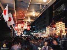 Avant le grand défilé de chars du Gion Matsuri, il y a les veillées ! La foule envahit les rues du centre-ville pour prendre le pouls du festival !  Des yukata en veux-tu en voilà, des yatai à tous les coins de rues, et bien sûr les chars illuminés de milles feux, c'est une atmosphère vraiment unique ! C'est ça l'été japonais ! C'est ça l'été à Kyoto !! Qui a dit qu'il fallait éviter l'été au Japon ?! Sûrement pas moi :) . . . . . #kyotojapan #kyotogram #kyotolove #japanfocus #japantravel #gionmatsuri #japan_vacations #explorejapan #explorejpn #beautifulkyoto #ilovekyoto #ilovejapan  #art_of_japan_ #japanawaits #bestjapanpics #super_japan_channel #photo_jpn #visitjapanjp #wu_japan #igersjp  #discoverjapan #discoverkyoto #そうだ京都行こう #京都 #京都旅 #京都好き #日本を休もう #京都カメラ部
