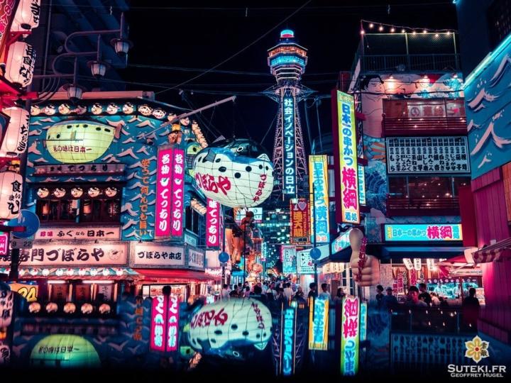 Et si vous veniez faire un tour dans le quartier le plus cool du Japon ?! Bienvenue à Shinsekai à Osaka !! Une chose est sûre, ce quartier haut en couleurs n'a aucune équivalence dans le reste du pays !! Décalé, kitsch, rétro, lumineux, l'ambiance ici est vraiment géniale et inimitable ! C'est véritablement un autre monde !! Osaka style !! . . . . . #osaka #osakajapan #osakatravel #discoverjapan #explorejapan #japon #japan #reflection #reflections #reflection_shots #osakastyle #japanawaits #everydayjapan #nightphoto #nightscape #worldplaces #大阪 #大阪旅行 #大阪観光 #新世界