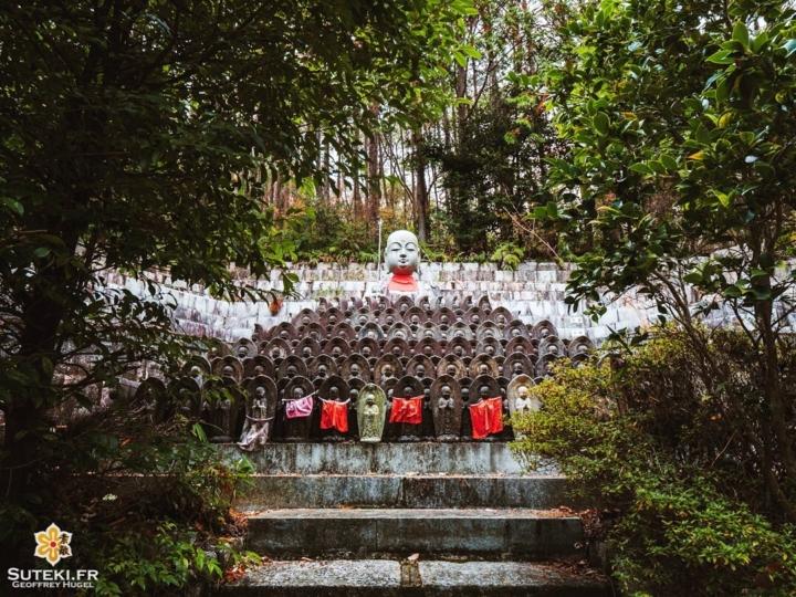 Voici Jizo, le protecteur des enfants et des voyageurs.  Il est omniprésent au Japon. On le retrouve un peu partout, dans les temples, dans les montagnes, dans les quartiers résidentiels, au bord des routes, ou encore dans les forêts !  En l'occurrence ceux-là étaient vraiment bien cachés mais le détour en valait la peine ! Je trouve qu'il y avait là une atmosphère très intéressante ! . . . . . #kyotojapan #kyotogram #kyotolove #getolympus #japanesetemple #jizo #beautifulkyoto #ilovekyoto #visitjapanjp #visitjapanfr #discoverjapan #discoverkyoto #そうだ京都行こう #京都 #京都旅 #京都好き #日本を休もう #京都カメラ部