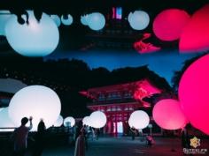 Vous connaissez Team Lab ? C'est un collectif artistique spécialisé dans les exhibitions sons et lumières et qui s'est construit une solide réputation dans le domaine !  Il faut dire que ça donne des ambiances uniques et qui changent vraiment des habituelles illuminations de temples.  C'est la troisième fois qu'ils venaient à Kyoto et encore une fois c'est le sanctuaire Shimogamo Jinja qu'ils ont choisis pour installer leur théâtre des rêves !  Comme je pouvais m'y attendre, il y avait beaucoup de monde, même en semaine, même un jour de pluie. Il m'a donc fallu beaucoup de patience pour obtenir des clichés intéressants, l'obscurité n'aidant clairement pas.  Mais plutôt que d'essayer de reproduire les photos de l'affiche, j'ai décidé d'apporter ma touche personnelle et originale en créant un reflet qui, je précise, n'est pas du tout photoshopé ;) À l'arrivée, une photo totalement unique dont je suis très content ! Notamment vis à vis des conditions difficiles de prise de vue.  Dites moi ce que vous en pensez ! Ça rend bien non ? . . . . #nophotoshop #nophotoshopneeded #kyotojapan #kyotogram #kyotolove #japanfocus #japantravel #japaneseshrine #japan_vacations #teamlab #night_shooterz #olympusinspired #olympuscamera #reflection_shots #reflection_fun #explorejapan #explorejpn #beautifulkyoto #ilovekyoto #ilovejapan #japanawaits #visitjapanjp #discoverjapan #discoverkyoto #そうだ京都行こう #京都 #京都旅 #京都好き #日本を休もう #京都カメラ部