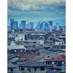 Osaka au loin au dessus des petites baraques de la banlieue