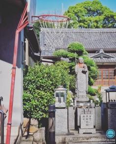 Il y a un Jizo pour tout au Japon. Vous pensez que celui-ci c'est le Jizo protecteur de la NBA ?