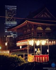 La fête des morts au Japon, des danses, de la guitare électrique, des kimono et des temples illuminés aux pieds des buildings