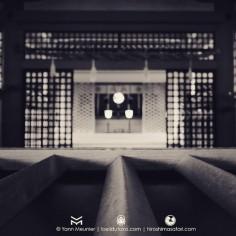 Devant un saisenbako du sanctuaire d'Itsukushima.