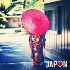 Rouge… La mariée et son ombrelle