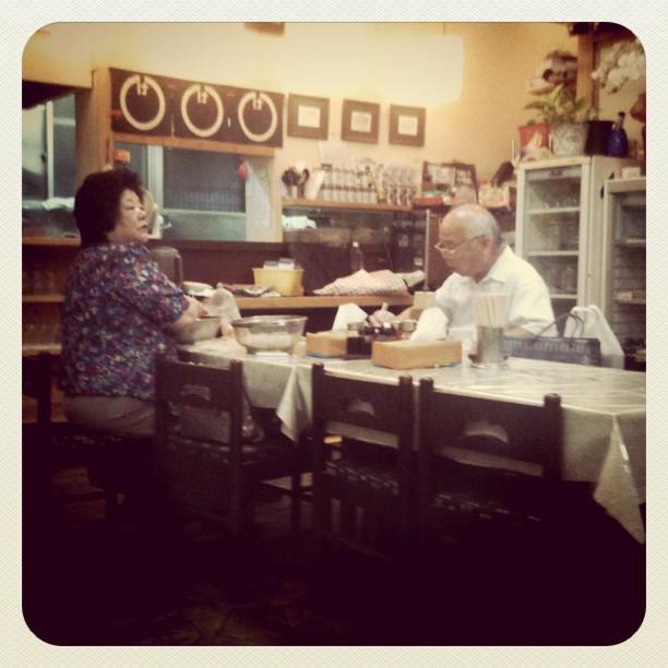 Chez mémé-san (à gauche) on mange des bons Tokushima ramen !