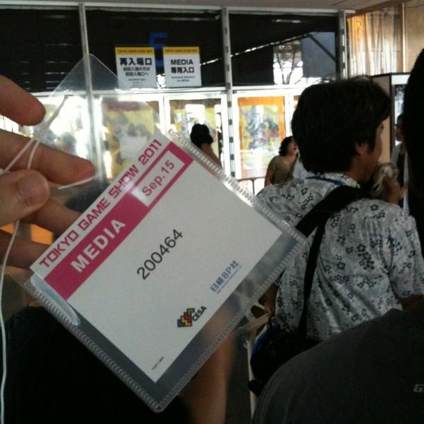 Badge autour du cou on attend l'ouverture des portes du Tokyo Game Show 2011 !